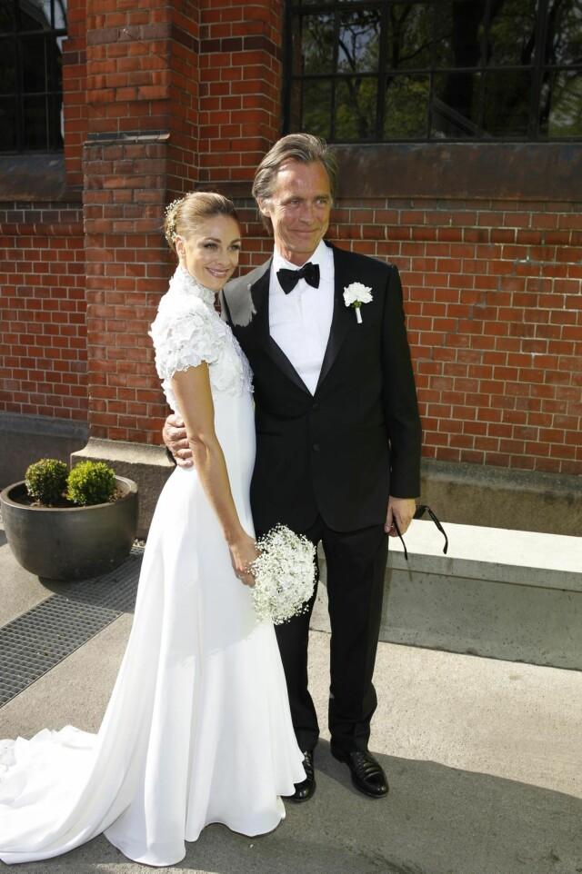 5c3b4083 MED PAPPA: Pappa Jørgen Skavlan førte datteren Jenny inn i kirken. Foto:  Andreas