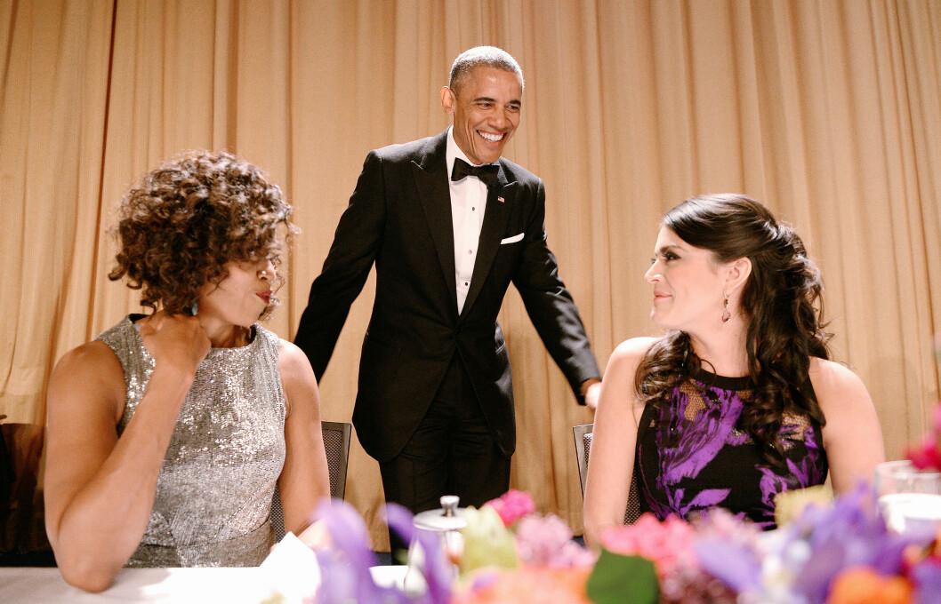 GOD STEMNING: President Barack Obama sammen med førstedame Michelle Obama og Saturday Night Live-komiker Cecily Strong som borddamer. Foto: DPA