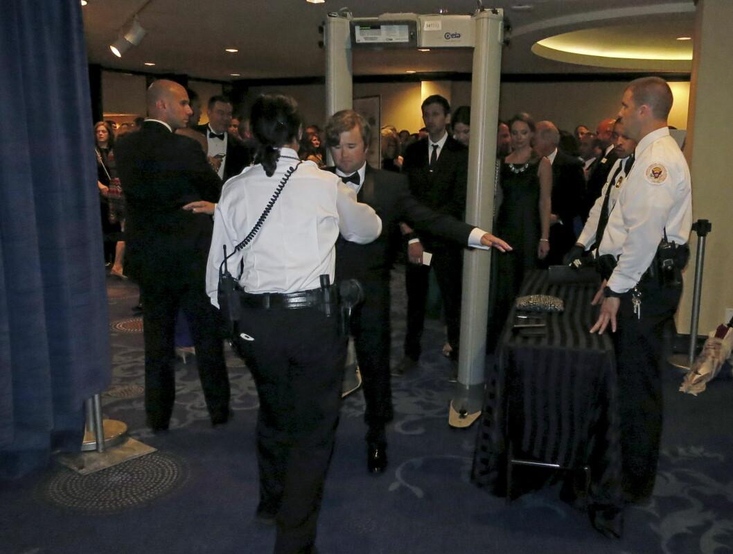 HØY SIKKERHET: «Den sjette sansen»-skuespiller Haley Joel Osment på vei gjennom sikkerhetskontrollen på vei inn til presidentens middag i Washington D.C. lørdag kveld.  Foto: Reuters