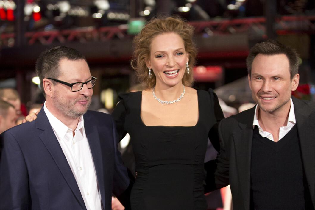 OMSVERMET: Lars von Trier (t.v) har jobbet med flere av Hollywoods største stjerner. Her med Uma Thurman og Christian Slater på «Nymphomaniac»-premieren i Berlin i februar i fjor.  Foto: NTBscanpix