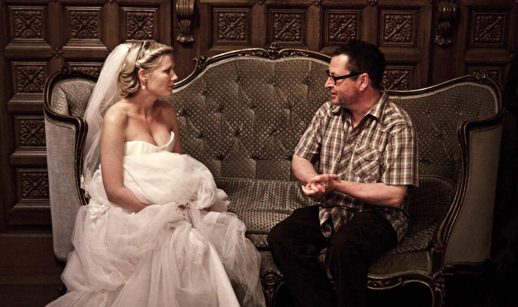 PÅ SETTET: Her instruerer Trier skuespilleren Kirsten Dunst i en scene i Melancholia fra 2011.  Alexander Skarsgård og Kiefer Sutherland spilte også i filmen. Foto: Mary Evans Picture