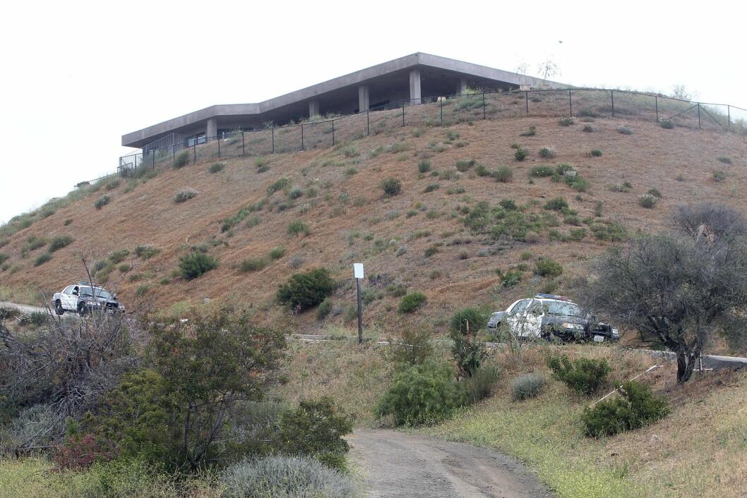 PÅ VAKT: Her er politet utenfor Jenners hjem i Malibu.   Foto: NTB Scanpix