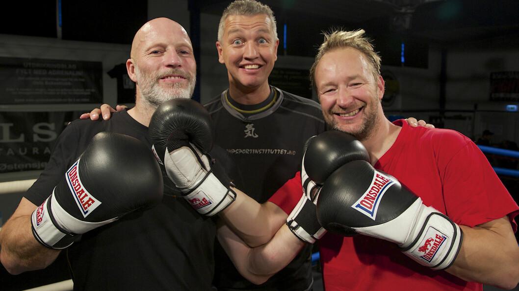 """TØFF TRENING: Kjetil André Aamodt og Lasse Kjus fikk opplæring i boksing av Ole """"Lukkøye"""" Klemetsen. Foto: Tore Skaar / Se og Hør"""