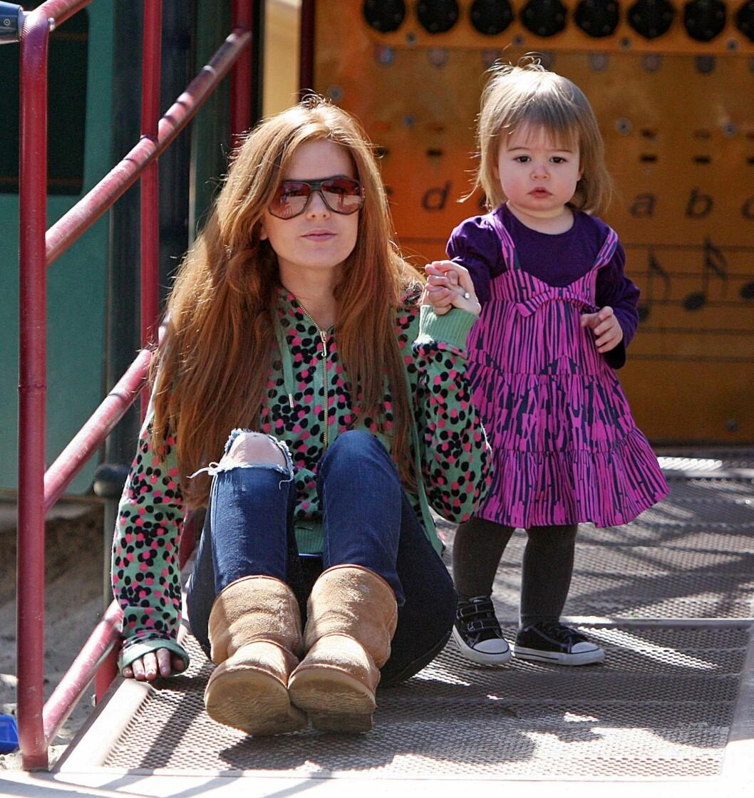<strong>ELSKER FAMILIELIVET:</strong> Isla Fisher avbildet med eldstedatteren Olive i en park i Beverly Hills våren 2009.  Foto: PLANET PHOTOS