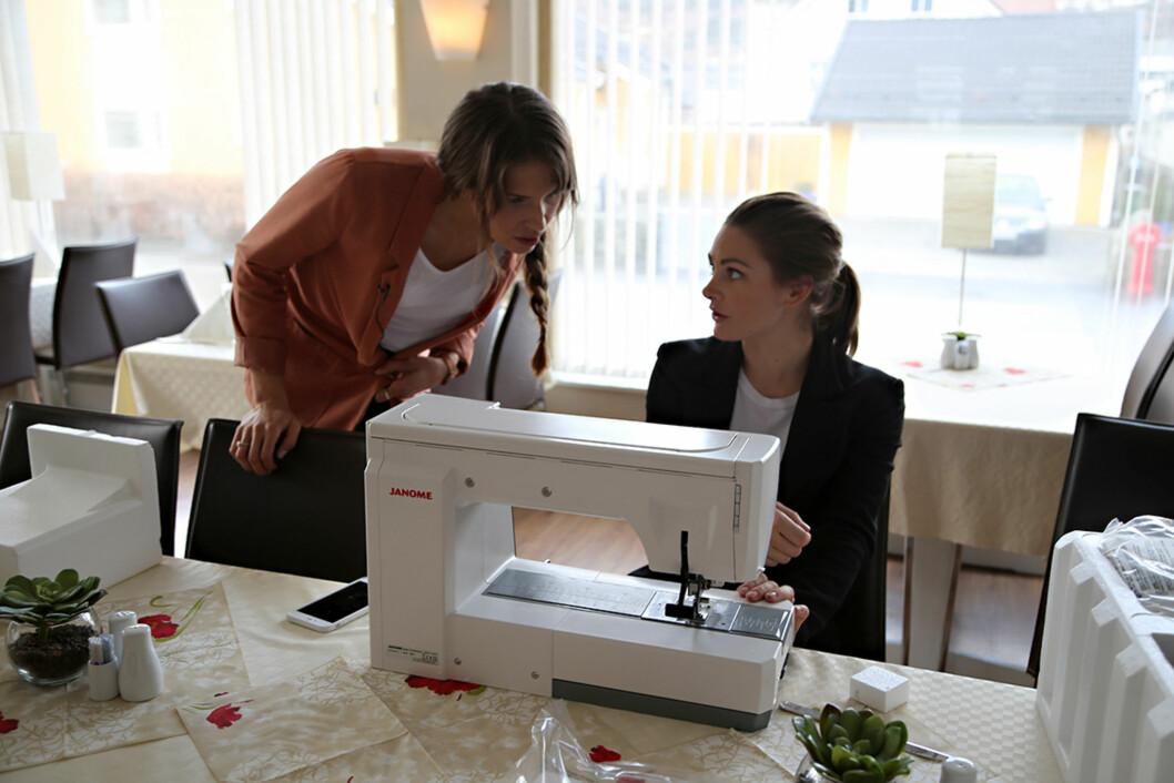 IVRIG DISKUSJON: Bruden Anne-Malin og Jenny Skavlan har samarbeidet om skissen til brudekjolen, som altså skal settes sammen av tre gamle brudekjoler.  Foto: Maria Hjelle