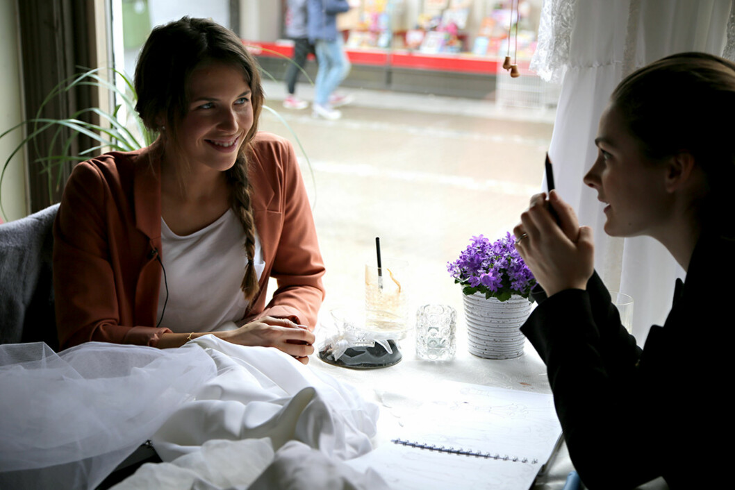 STOLER PÅ JENNY: Anne-Malin sier til Seoghør.no at hun stoler på Jenny Skavlans ferdigheter som designer og syerske. Foto: Maria Hjelle