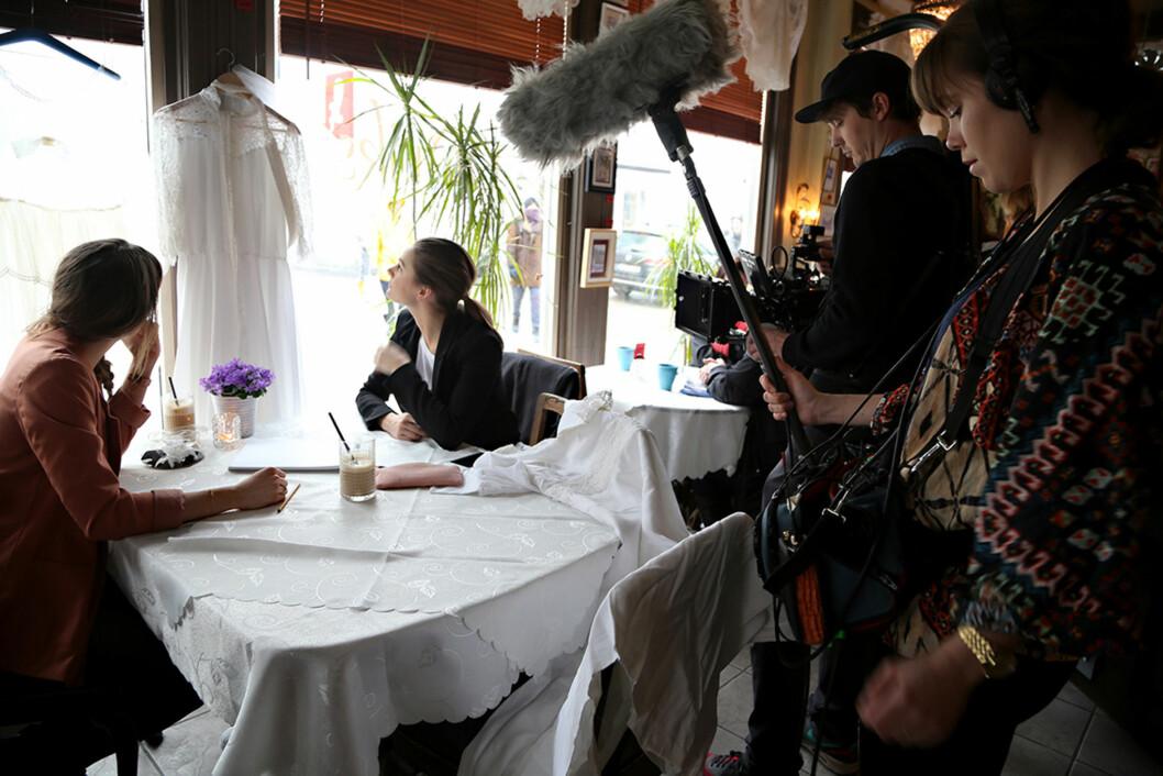 DOBBELT PROSJEKT: I tillegg til å hjelpe Anne-Malin med å lage drømmekjolen, lager Jenny Skavlan - med hjelp fra et kamerateam og regissør Marie Kristiansen - en egen nett-TV-serie om prosjektet.  Foto: Maria Hjelle