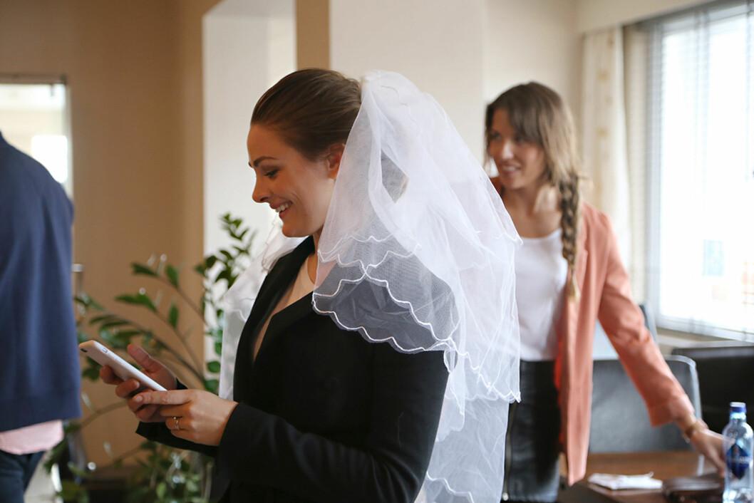 BEGEISTRET: Jenny Skavlan var ikke sen med å prøve ut bryllupseffekter, da hun møtte bruden Anne-Malin Sørland Aase (t.h) i hjembygda Nordfjordeid for å diskutere kjoleprosjektet. Her iført sløret som Anne-Malins egen mor brukte på sin bryllupdag. Foto: Maria Hjelle