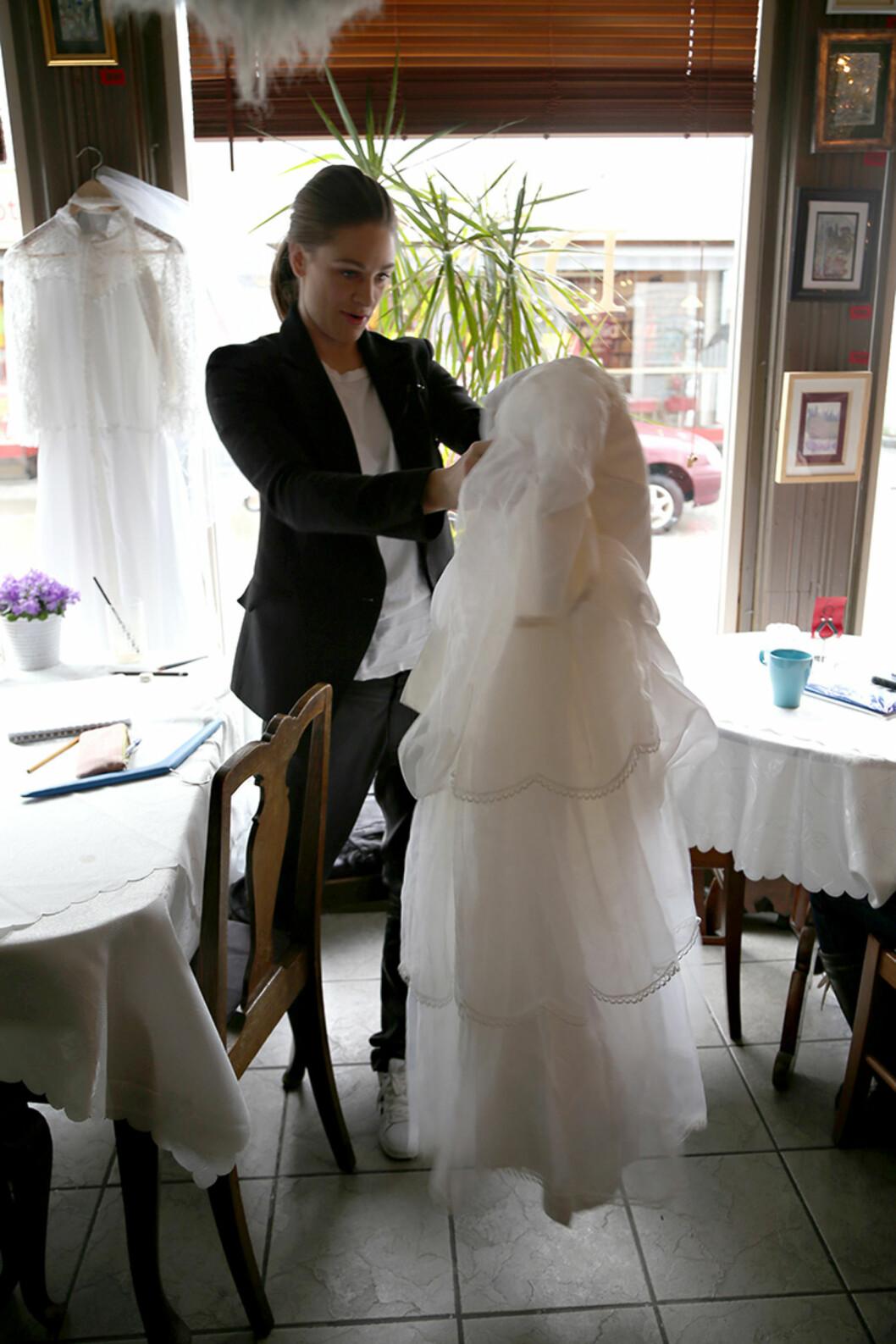 TANKENE I SVING: Jenny Skavlan studerer én av de tre kjolene som danner utgangspunktet for Anne-Malins kommende brudekjole.  Foto: Maria Hjelle
