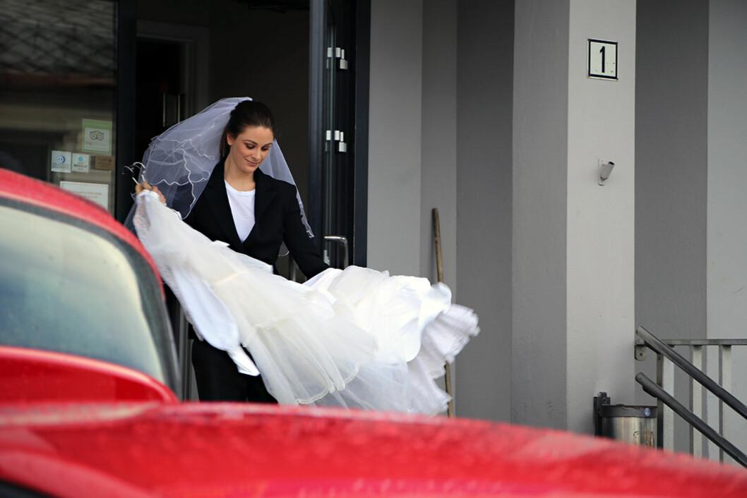 KLAR FOR Å SETTE I GANG: Jenny Skavlan har tatt med seg brudekjolene fra Nordfjordeid til Oslo. Men foreløpig har hun ikke begynt å klippe og sy, røper hun. Foto: Maria Hjelle