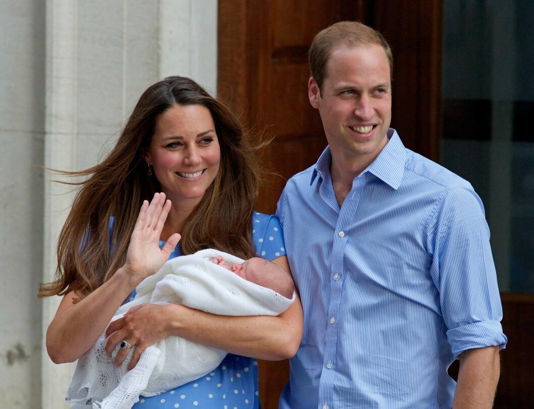 FASTE KUNDER: Hertuginne Kate og prins William møter pressen sammen med nyfødte prins George utenfor eksklusive The Lindo Wing den 23. juli 2013. Foto: Afp