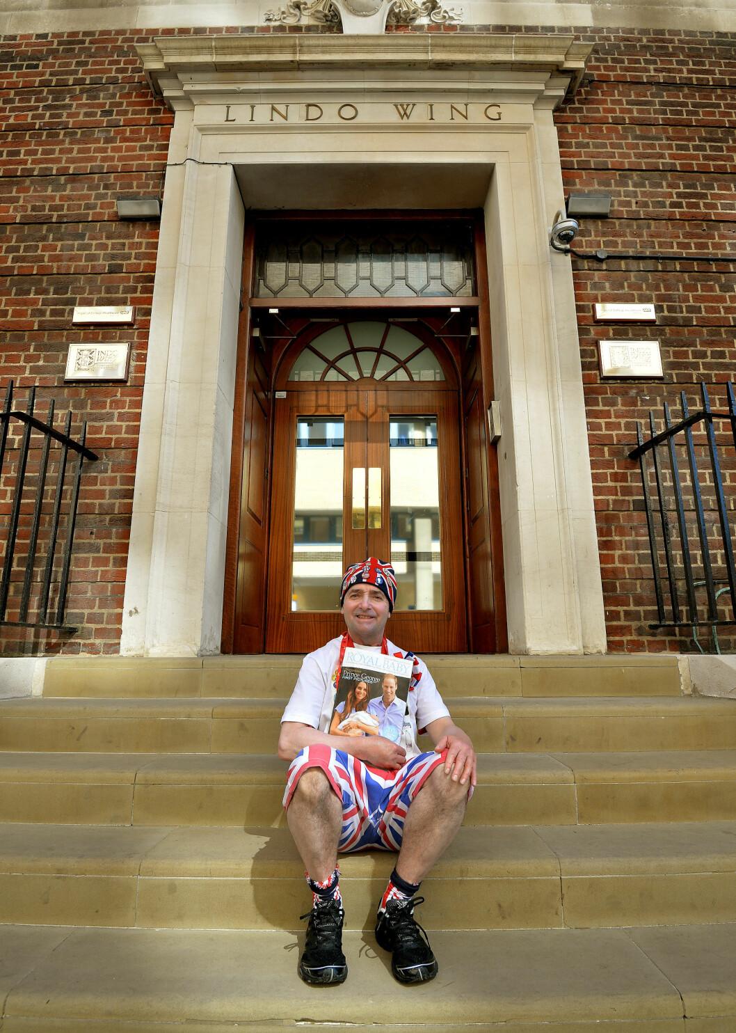 VENTER SPENT: Den ivrige royalisten John Loughrey har allerede rigget seg til utenfor fødeklinikken. Foto: Pa Photos