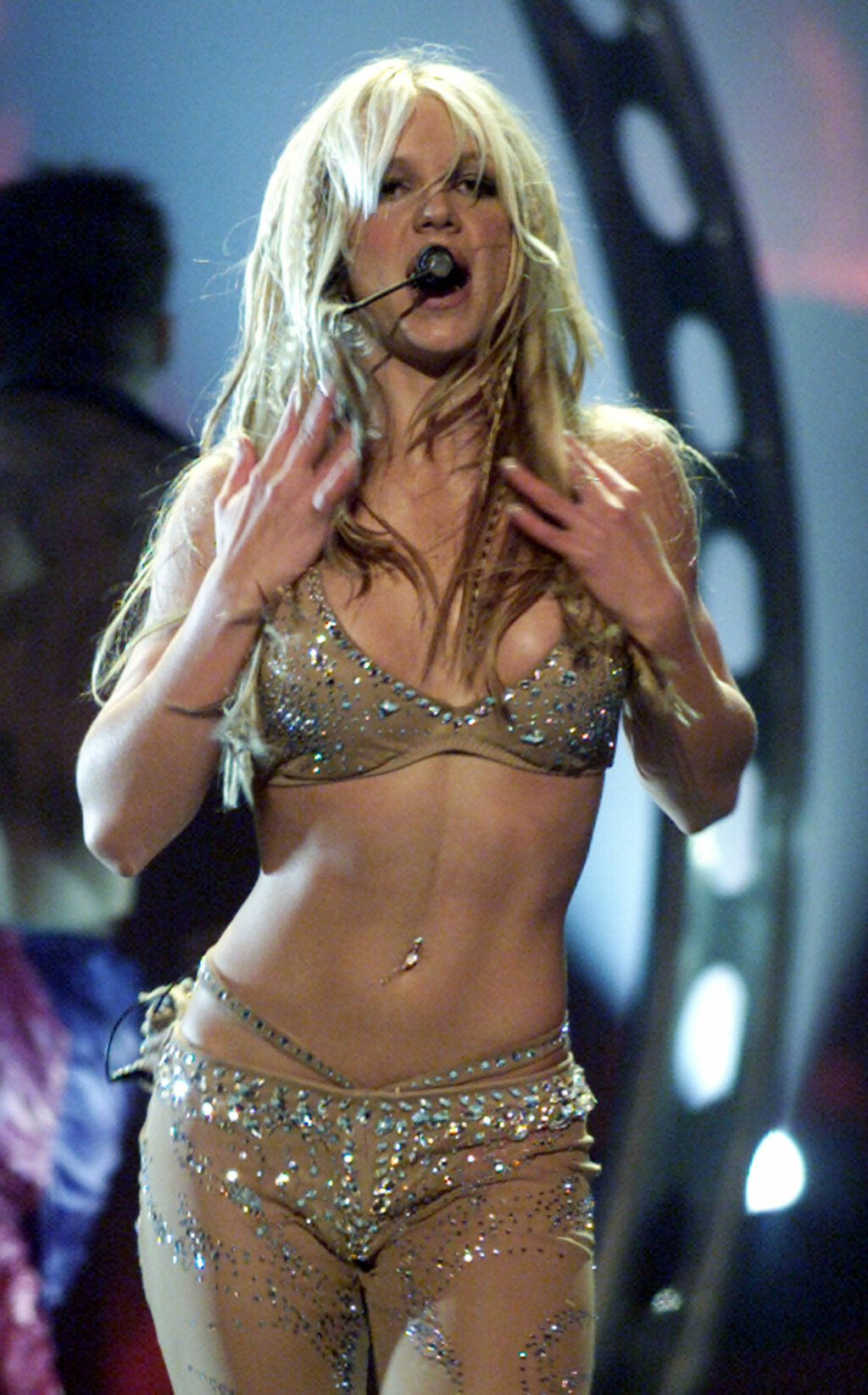 I KNALLFORM: Da Britney Spears var superstjerne rundt år 2000, viste hun stadig frem den veltrente magen sin i korte topper. Her på scenen under MTV Video Music Awards i New York i september 2000.  Foto: REUTERS