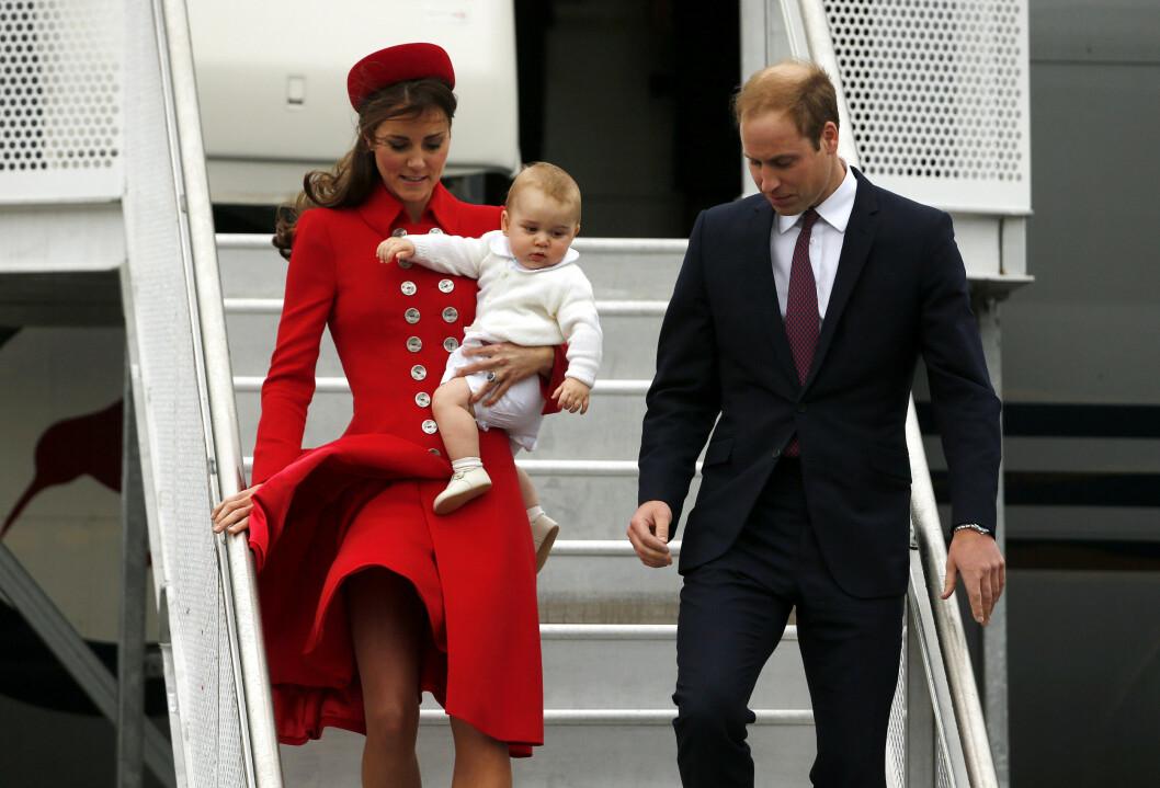 <strong>TRAVEL FAMILIE:</strong> Hertuginne Kate, lille prins George og prins William på vei ut fra flyet sitt i Wellington i april 2014. Familien var på Australia-turné flere måneder før prinsen hadde rukket å fylle ett år.  Foto: Reuters