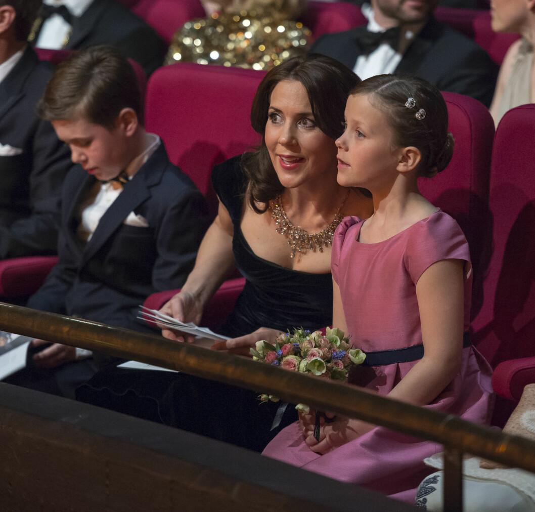 TÅLMODIG: Prinsesse Isabella er bare syv år, men stor nok til å kunne følge med på hva som skjedde. Mamma Mary forklarte ivrig til den storøyde jenta.  Foto: All Over Press