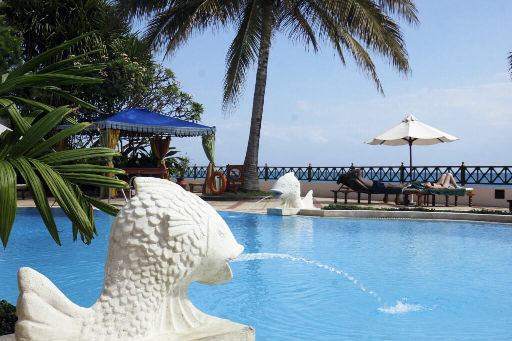 DEILIG LUKSUS: Det er mange fine hoteller på Zanzibar. Dette er bassengområdet til Serena Inn i Stone Town. Foto: Erik Valebrokk