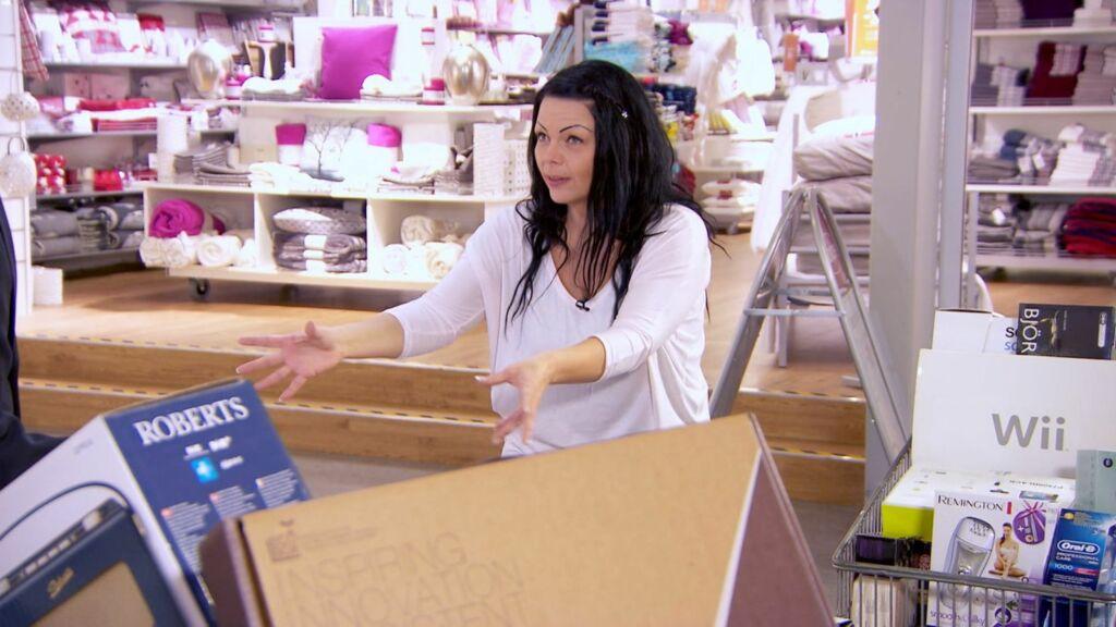 FÅR SJOKK: Benedikte tror ikke sine egne øyne, når hun får se hvor mange varer hun kunne ha kjøpt - med det beløpet de ubetalte nettkjøpene hennes har vokst til.  Foto: TV3