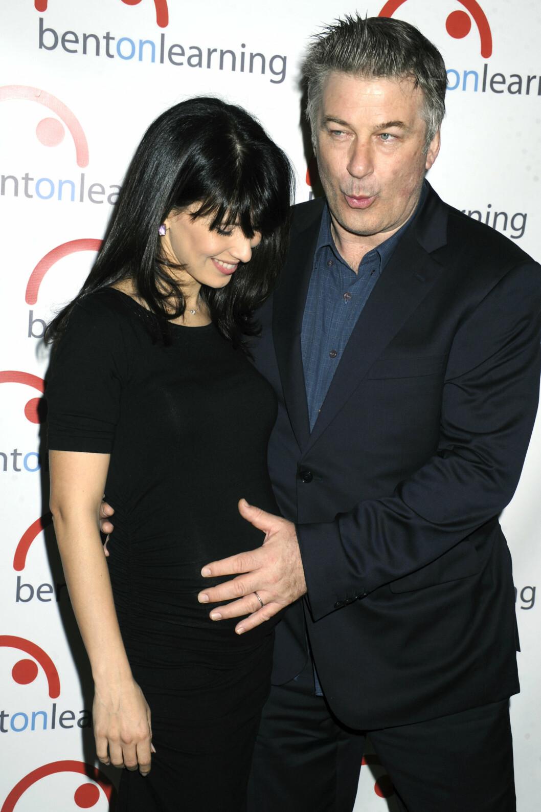 BOLLE I OVNEN: Det er ingen tvil om at Alec Baldwin er stolt over sin gravide kone. Her fra en galla i New York 10. mars. Foto: NTB Scanpix