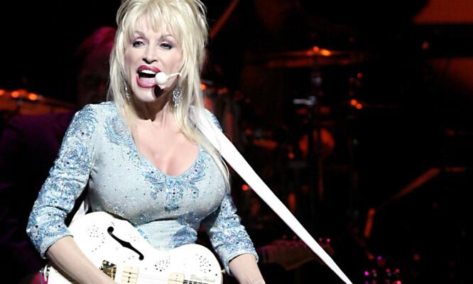 <strong>LEGENDE:</strong> Dolly Parton har holdt på med musikk i en årrekke, og spilte inn sin første singel allerede som 13-åring, for nesten 60 år siden. Her fra turnè i 2014. Foto: Scanpix