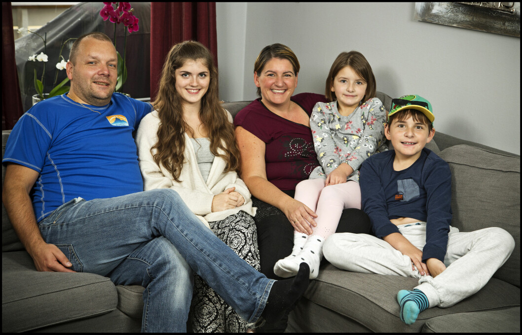 SAMMENSVEISET FAMILIE: Terje Haugsdal og kona Belinda med parets tre barn Simona, William og Victoria.  Foto: Henning Jensen, Se og Hør