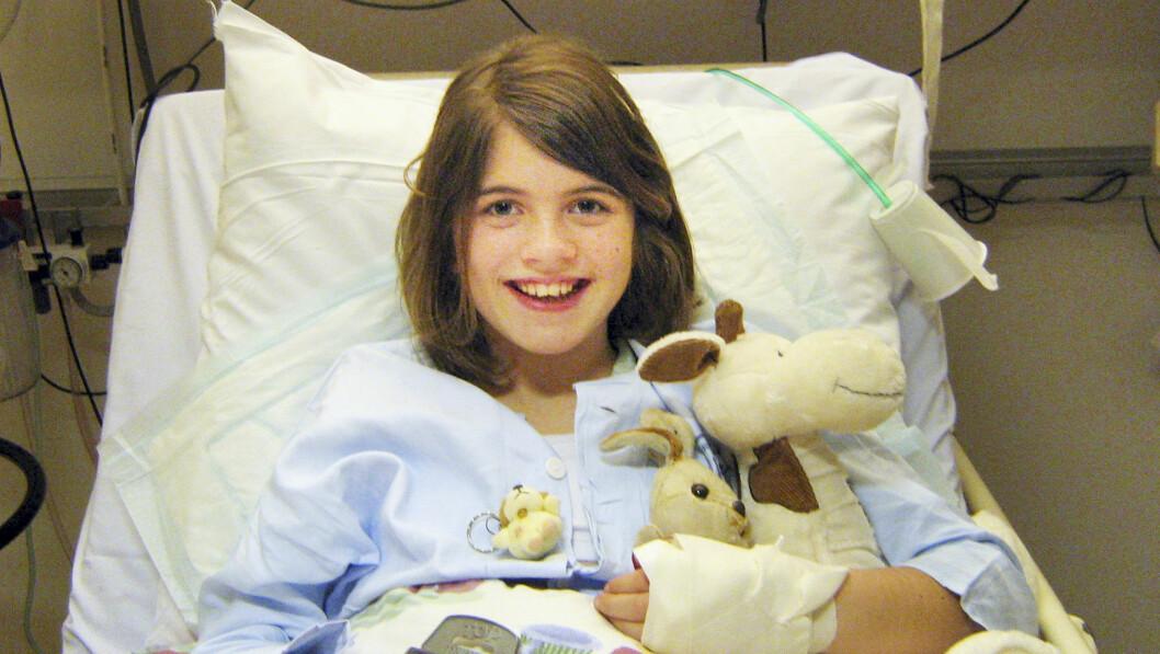 LITEN OG SYK: Simonas ekstreme tørste gjorde at legene oppdaget sykdommen som var i ferd med å spise opp skjellettet hennes. Foto: Privat