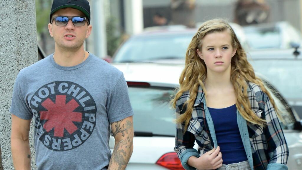 HOLDER SEG GODT: Filmstjernen Ryan Phillippe fikk datteren Ava (t.h) i midten av 20-årene, og nå opplever tenåringsdatteren at folk tror at han er storebroren hennes. Her er de to avbildet på spasertur sammen i Venice, California i januar 2014. Foto: All Over Press