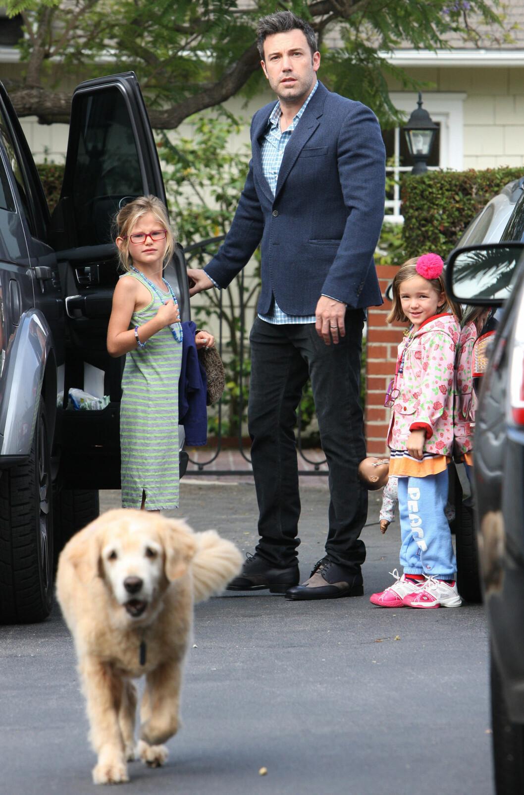 FAMILIEHUND: Ben Affeck sammen med døtrene Violet og Seraphina, samt goldenretriveren Martha Stewart. Foto: Splash News/ All Over Press Ben Affeck and daughters Violet and Seraphina