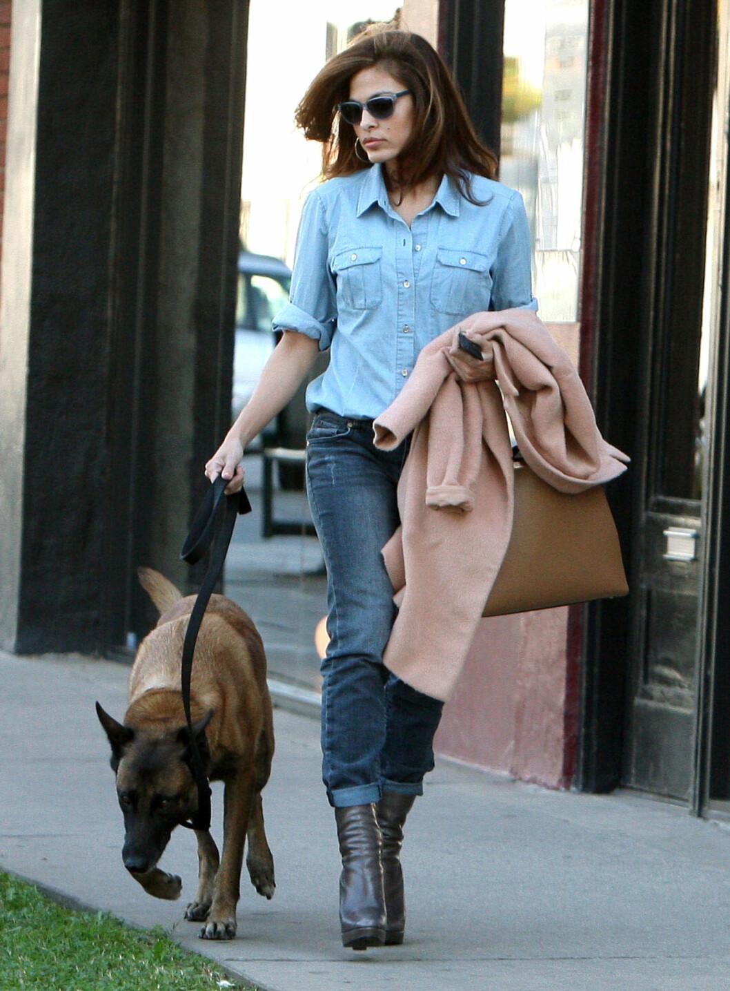 FORSTÅR FRANSK: Eva Mendes hund Hugo lærte alle kommandoene på fransk. Foto: FameFlynet  Sweden