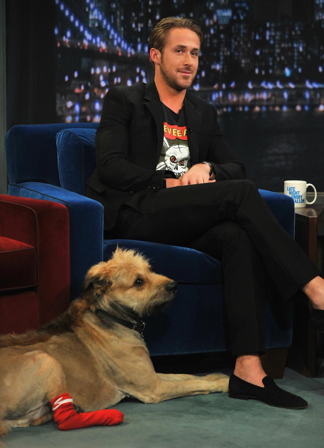 PÅ TV: Mendes kjæreste, Ryan Gosling, har hunden George. Her besøker de talkshow-verten Jimmy Kimmel for noen år siden.  Foto: Afp