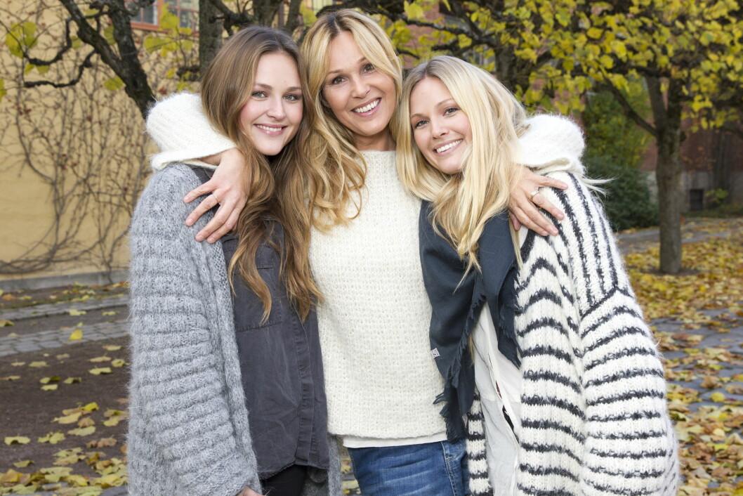 FÅR STØTTE: Dorthe Skappel sier at kjendisstatusen i perioder har vært tøff for familien. Her med døtrene Marthe (t.v) og Maria, som hun har gjort «Skappel-genser»-suksess med. Foto: Andreas Fadum