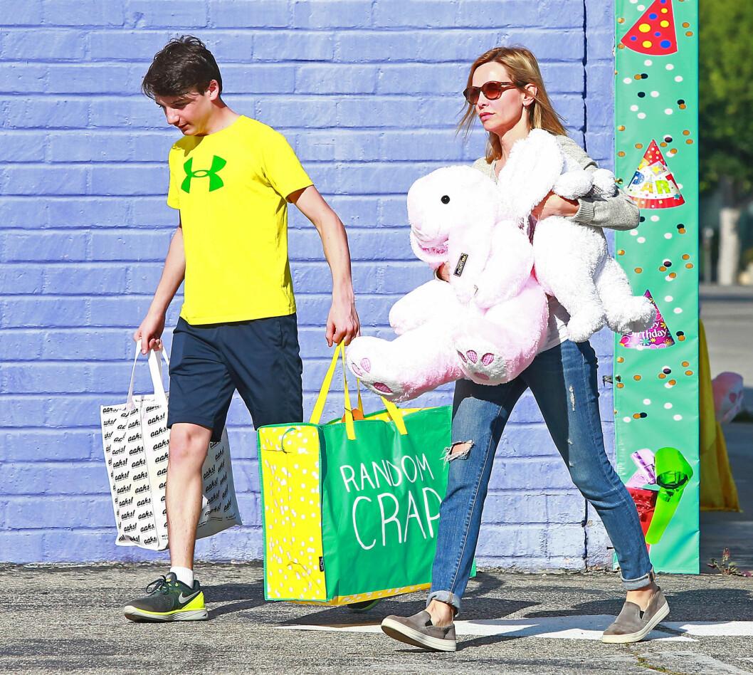 PÅSKEKOS: Calista Flockhart er fast bestemt på å gjøre årets påskefeiring ekstra spesiell, ettersom familien har vært gjennom en tøff tid siden flykrasjet. I helgen dro hun og sønnen Liam på påskeshopping i Santa Monica.  Foto: Stella Pictures