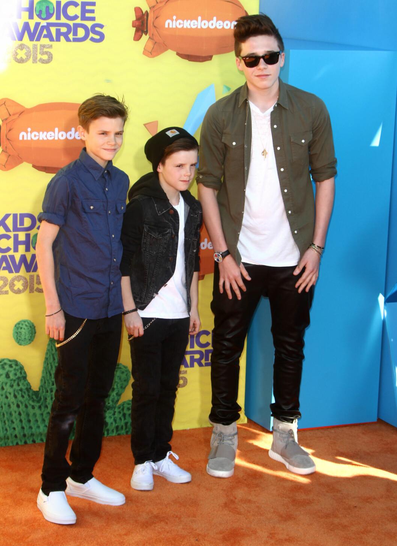 TØFF TRIO: Romeo, Cruz og Brooklyn Beckham, som alle har arvet pappa David og mamma Victorias flotte utseende, koste seg på Kids Choice Awards i helgen.  Foto: Stella Pictures