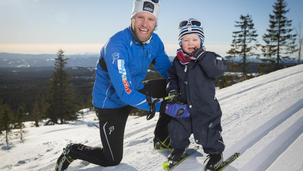 KLARE FOR SKILØYPA: Martin Johnsrud Sundby gleder seg til å ta med sønnen Markus på barneskirenn ved Sjusjøen i påsken. Foto: Espen-Solli.com
