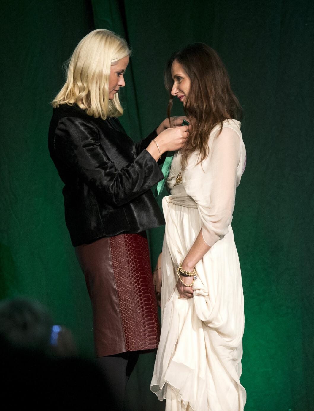 ÆRESPRIS: I februar 2014 delte kronprinsesse Mette-Marit ut Nåløyets grønne pris til Leila Hafzi.  Foto: Andreas Fadum/Se og Hør
