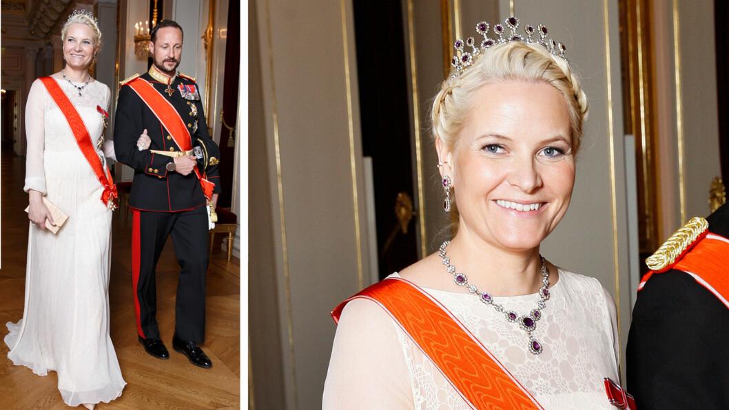 FEMININ: Kronprinsesse Mette-Marit hadde følge av ektemannen Haakon under slottsgallaen onsdag kveld. 41-åringen var kledd i en fotsid kreasjon i chiffon og blonde, signert den norske designeren Leila Hafzi.  Foto: Sveim Brimi/NTBscanpix