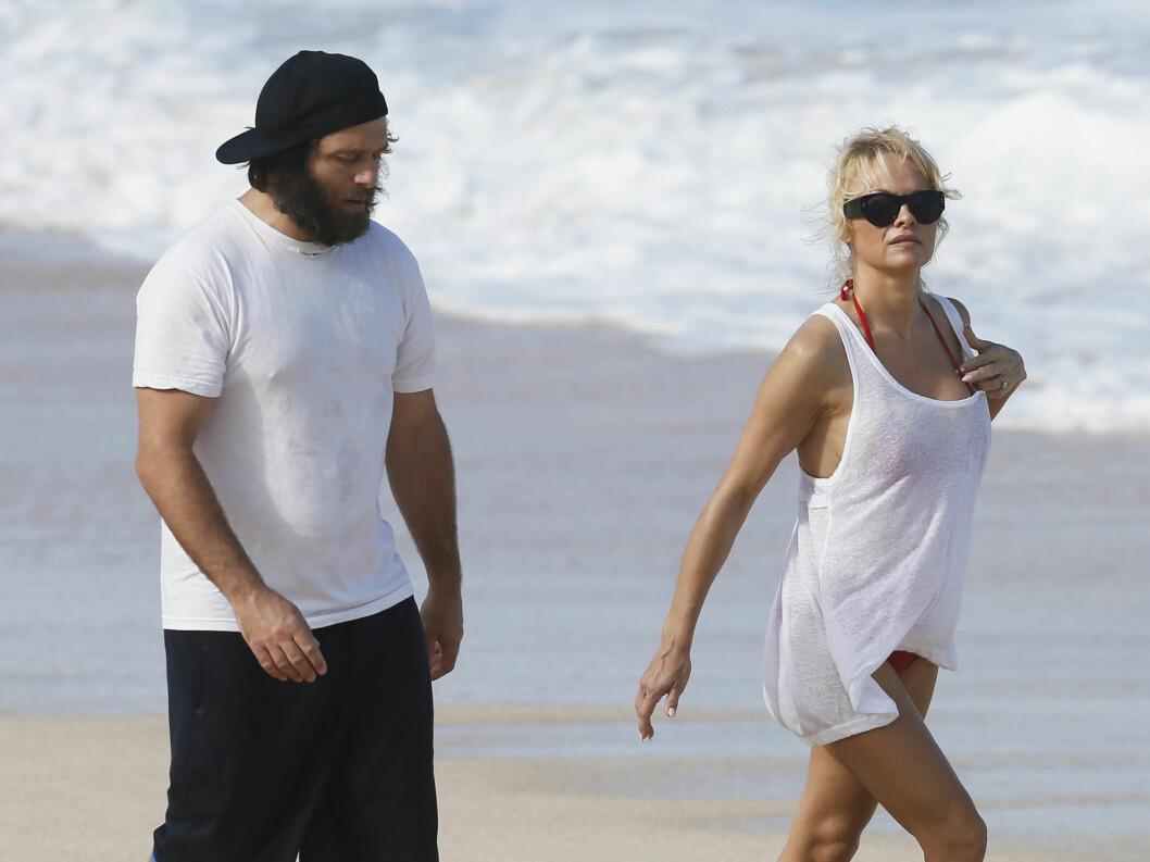 <strong>NYTT BRUDD:</strong> I julen ferierte Pamela Anderson på Hawaii med ektemannen Rick Salomon. Halvannen måned senere bestemte hun seg for at hun nok en gang vil bryte med ham.  Foto: Stella Pictures