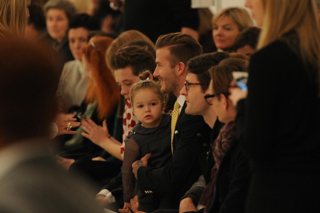 PÅ FØRSTE RAD: David Beckham og barna Harper og Brooklyn var selvfølgelig til stede i New York da mamma Victoria Beckham holdt show under moteuken høsten 2014. Foto: Stella Pictures