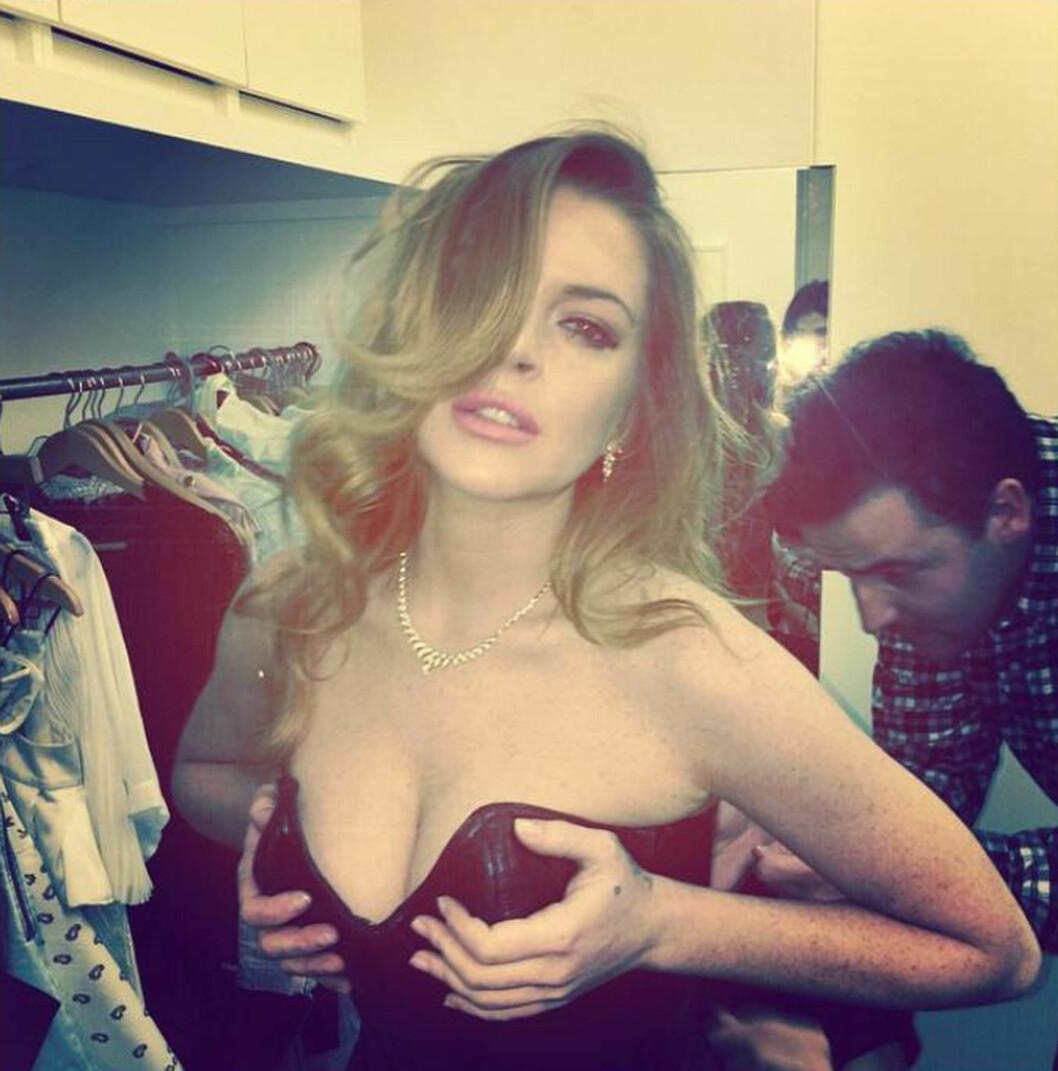BYR PÅ SEG SELV: Lindsay Lohan deler gjerne dristige bilder av seg selv på sosiale medier, manipulerte eller ikke. I høst delte hun dette Instagram-bildet fra en fotoshoot.  Foto: Instagram/Stella Pictures