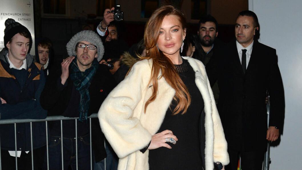 I HARDT VÆR: Lindsay Lohan er fortsatt ikke ferdig med samfunnsstraffen hun ble idømt etter en bilulykke i 2012, men også Instagram-fansen har en høne å plukke med stjernen. For tiden holder hun til i London, der hun spiller på West End. Her på ELLE Style Awards i byen for et par uker siden. Foto: Stella Pictures