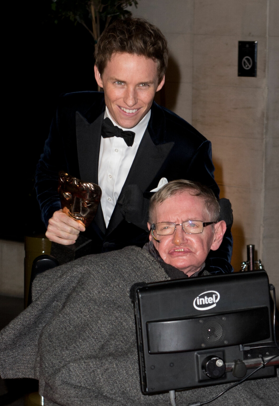 PRISVINNER: Eddie Redmayne sammen med ALS-rammede Stephen Hawking på BAFTA-utdelingen i London i februar. Redmaynes rolle som Hawking i «The Theory of Everything» sikret ham også en Oscar og en Golden Globe. Foto: Splash News/ All Over Press
