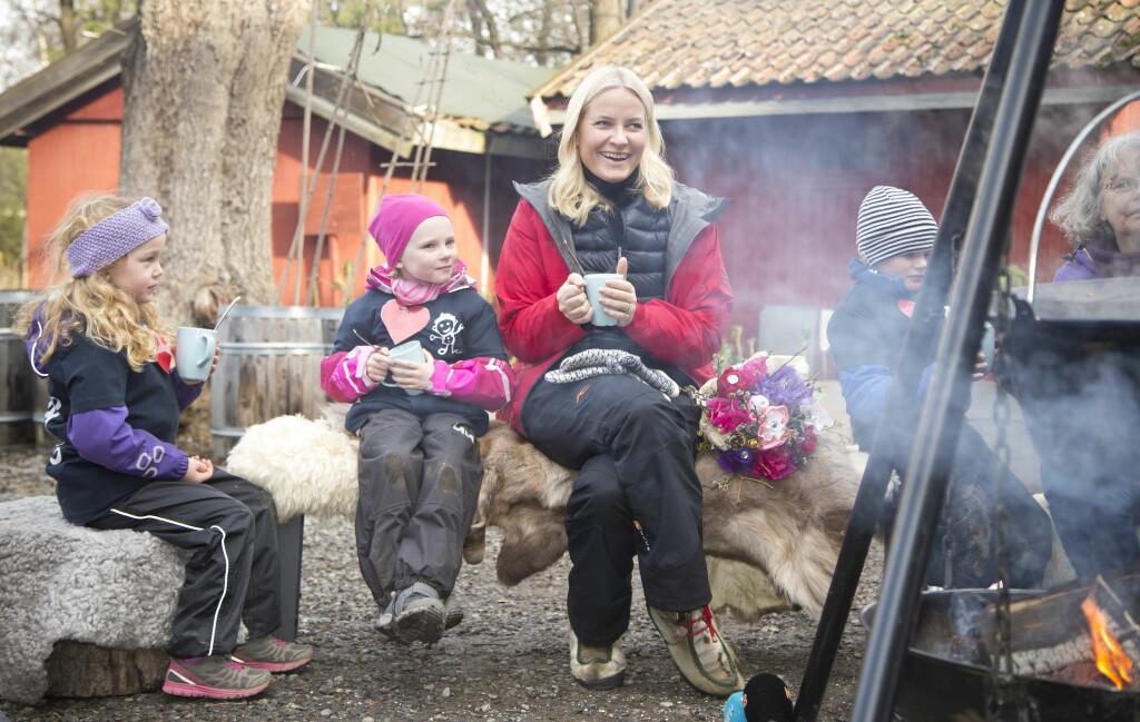 BÅLKOS: Mette-Marit hygget seg med barn fra Steinrøysa barnehage i Nittedal på Geitmyra Matkultursenter for barn i Oslo. Foto: Henning Jensen