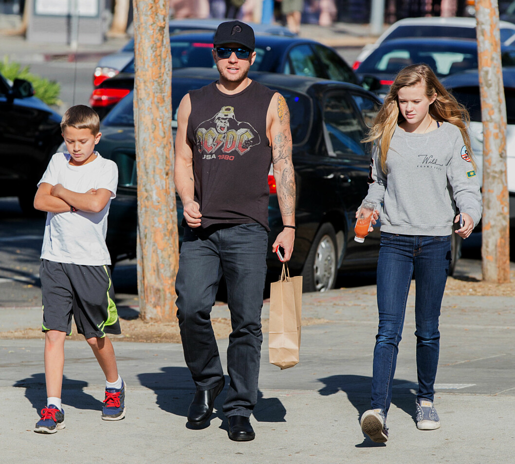 PAPPA: Ryan Phillippe på shopping med barna Deacon og Ava i Hollywood.  Foto: All Over Press