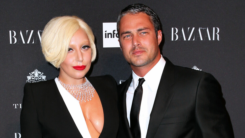 PLANLEGGER BRYLLUP: Lady Gaga og Taylor Kinney stråler av lykke etter at de forlovet seg i helgen. Her er duoen sammen under et event i New York i september i fjor. Foto: All Over Press