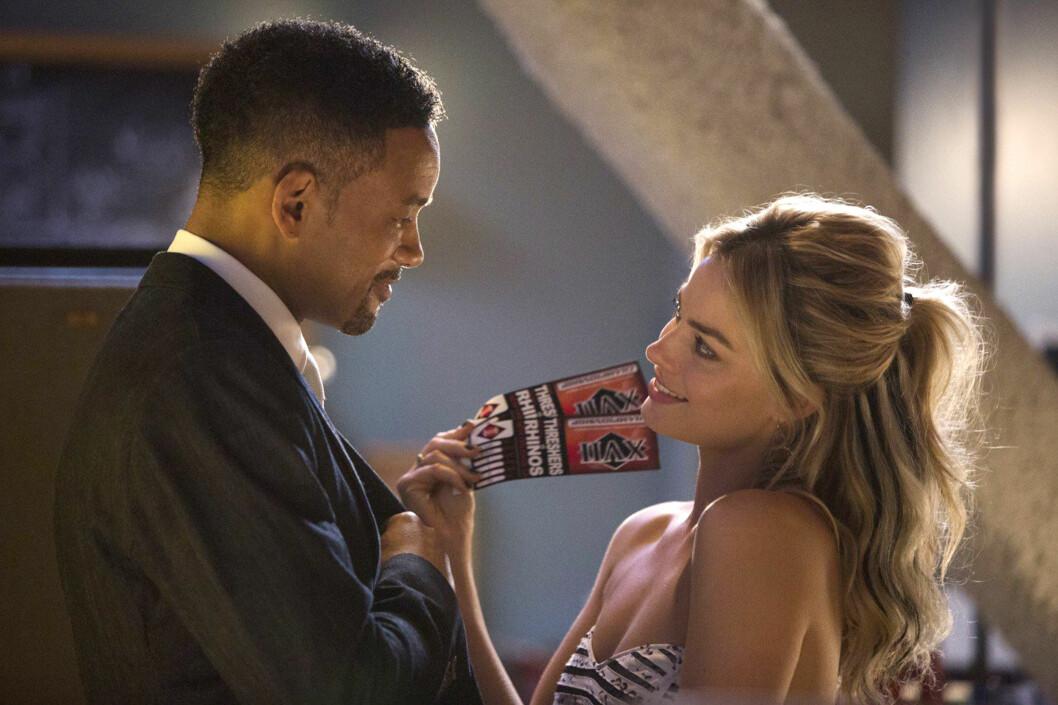 """HET FLØRT: I """"Focus"""" innleder Will Smith et seksuelt forhold til den halvparten så gamle skuespilleren Margot Robbie. Foto: REX/All Over Press"""