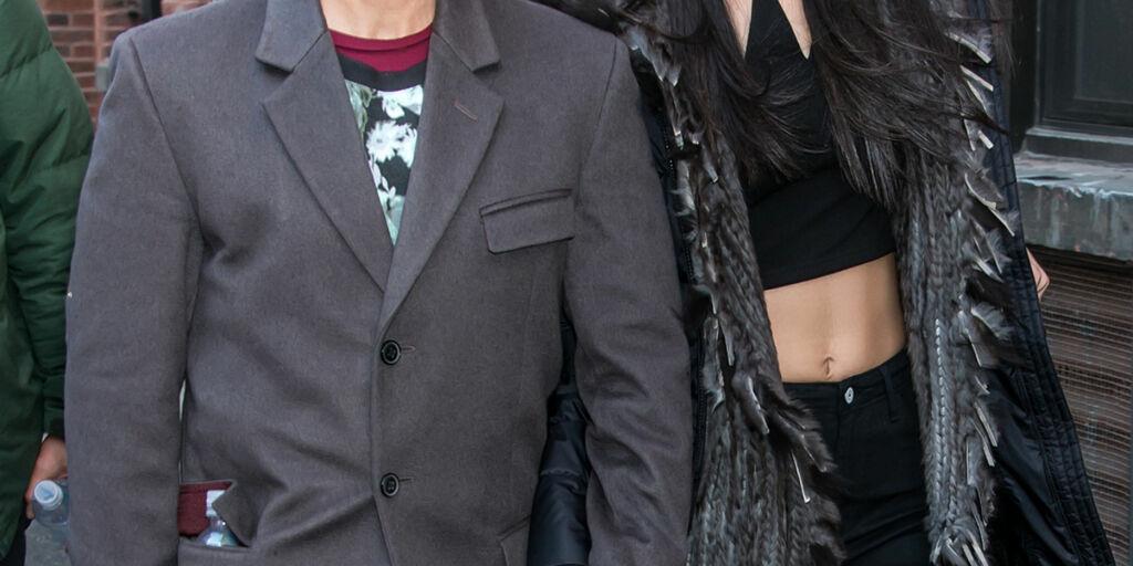 image: Begge kjærestene er mer enn 30 år yngre