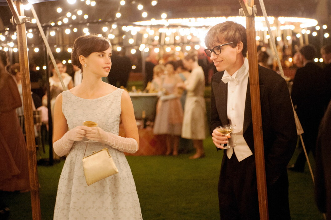 OSCAR-NOMINERT: Hawkings livshistorie blir fortalt i filmen «The Theory of Everything». Eddie Raymayne spiller rollen som Hawking og Felicity Jones spiller hans første kone.  Foto: ©Focus Features/Courtesy Everet