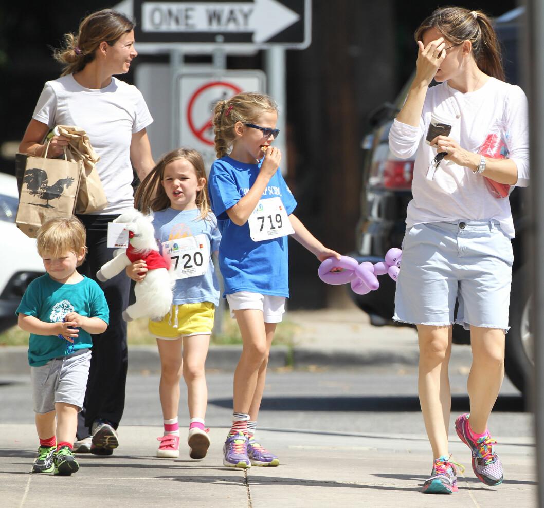 TRAVEL SMÅBARNSMOR: Jennifer Garners to eldste barn, Violet og Seraphina, har deltatt på et løp i Brenwood i Los Angeles i fjor sommer. Sønnen Samuel var med å så på.  Foto: Stella Pictures