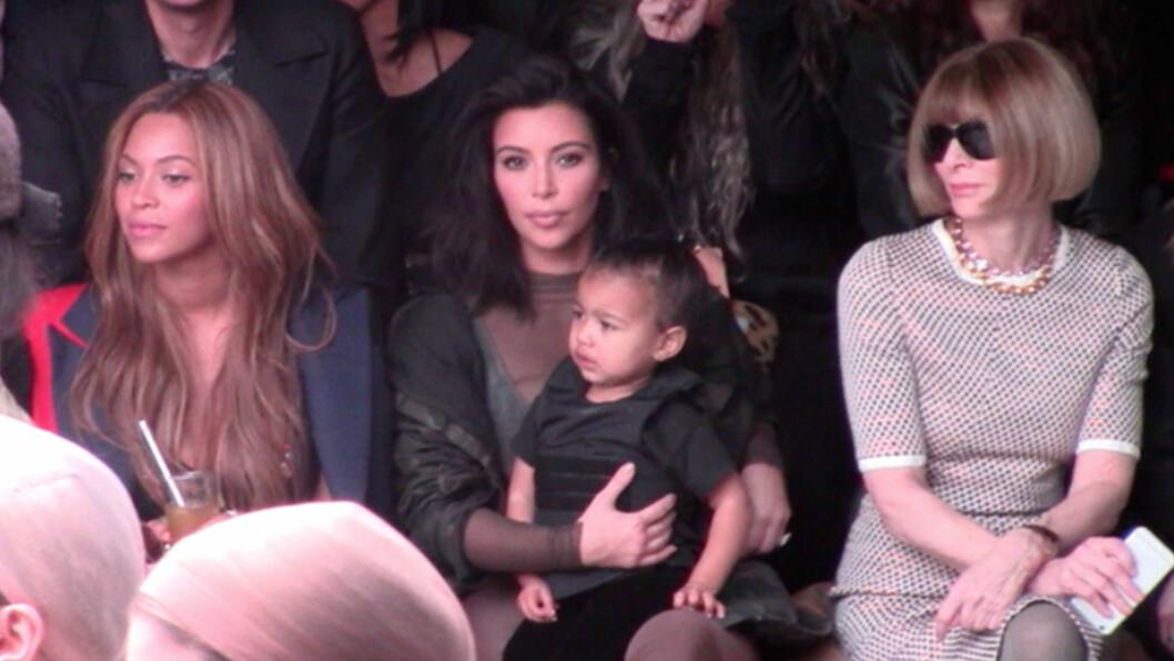 UPASSENDE FOR BARN: Flere reagerer på at Kim Kardashian tok med datteren North på motevisningen til Kanye West torsdag. Beyoncé og Anna Wintour (t.h) skal ha blitt ille berørt da lille North begynte å hylskrike litt senere i motevisningen. Foto: Splash News/ All Over Press