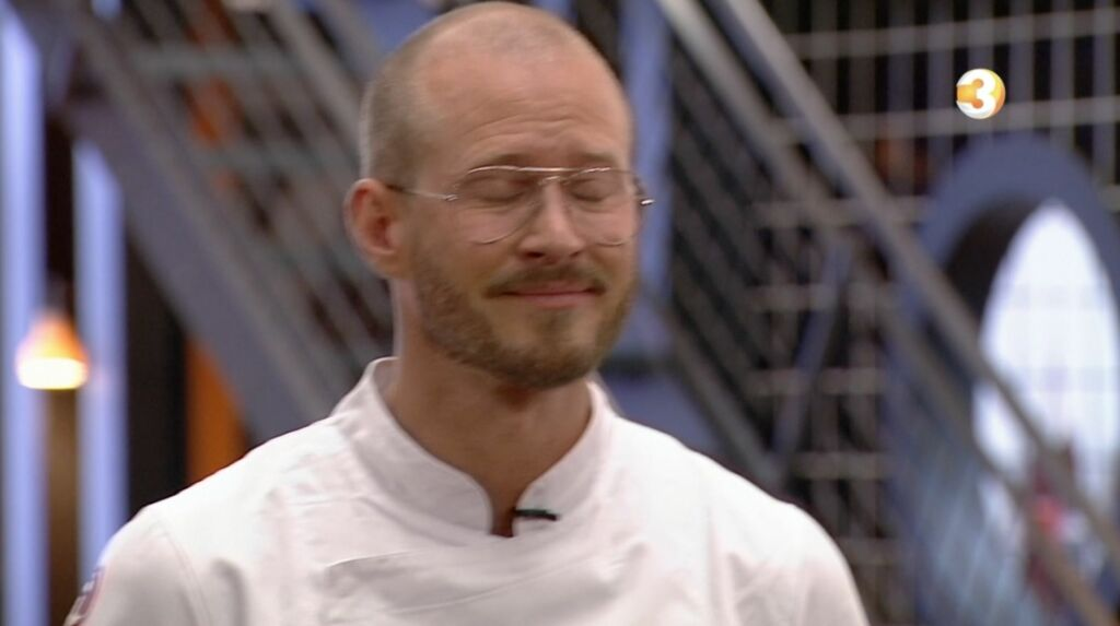 PÅ GRÅTEN: Storm Pedersen opplever at følelsene strømmer på når han skal fortelle hvor viktig finaleplassen i årets «MasterChef Spesial» er for ham. Foto: TV3
