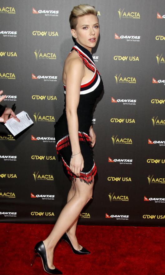 STRÅLER: For en knapp uke siden dukket Scarlett opp i denne kroppsnære kjolen på et event i Los Angeles, og viste at hun allerede har kvittet seg med fødselsvekten. Foto: All Over Press